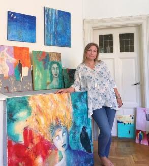 Nina med målningar